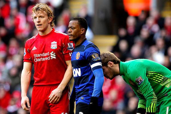 """KRM0041 LONDRES (REINO UNIDO) 28/1/2012.- Dirk Kuyt del Liverpool, (i), frente a Dirk Kuyt (c) y el portero David De Gea (d) del Machester United, durante el partido que enfrentó a ambos equipos y que se disputa en el Anfield en Liverpool (Reino Unido) hoy, sábado 28 de enero de 2012.EFE/KERIM OKTEN EMBARGO: PARA EL USO DE ESTA FOTOGRAFÍA SE APLICARÁN LOS TÉRMINOS Y CONDICIONES DE """"DATACO"""" http://www.epa.eu/downloads/DataCo-TCs.pdf)."""