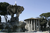 La  Fontana dei Tritoni, in primo piano, ed il Tempio di Ercole Vincitore a Roma.<br /> The Fountain of the Tritons, foreground, and the Temple of Hercules Victor, in Rome.<br /> UPDATE IMAGES PRESS/Riccardo De Luca