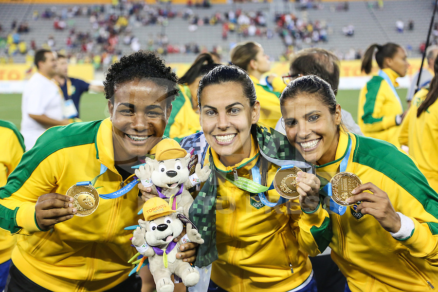 HAMILTON, CANADA, 25.07.2015 - PAN-FUTEBOL -  Luciana, Thaisa e Fabiana do Brasil comemora medalha de ouro após ganhar de 4 a 0 da Colombia em partida da final do futebol feminino nos jogos Pan-americanos no Estadio Tim Hortons em Hamilton no Canadá neste sábado, 25.  (Foto: William Volcov/Brazil Photo Press)