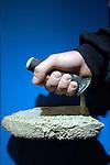 UTRECHT - In de Jaarbeurs in Utrecht toont Verhoeven Tools op de internationale Bouwbeurs een opmerkelijke door TNO en Arbouw ontwikkelde metselstroffel, eentje met een ergonomisch sabel. De troffel met kunststof handgreep, heeft een strijkijzermodel waarbij het gewicht van het cement niet langer voor, maar onder de hand zit wat minder belasting, werkdruk en WIA - premie veroorzaakt. COPYRIGHT TON BORSBOOM