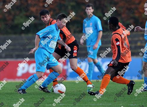 2010-11-28 / Voetbal / seizoen 2010-2011 / Willebroek-Meerhout - Lyra / Delcour (Lyra) in duel met Hakizimana (r)..Foto: Mpics