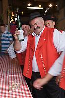 Europe/France/Alsace/67/Bas-Rhin/ Marlenheim: Lors  de la Fête du Mariage de l'Ami Fritz les Musiciens de la fanfare  se désaltèrent à la buvette avec un Alsace Grand Cru