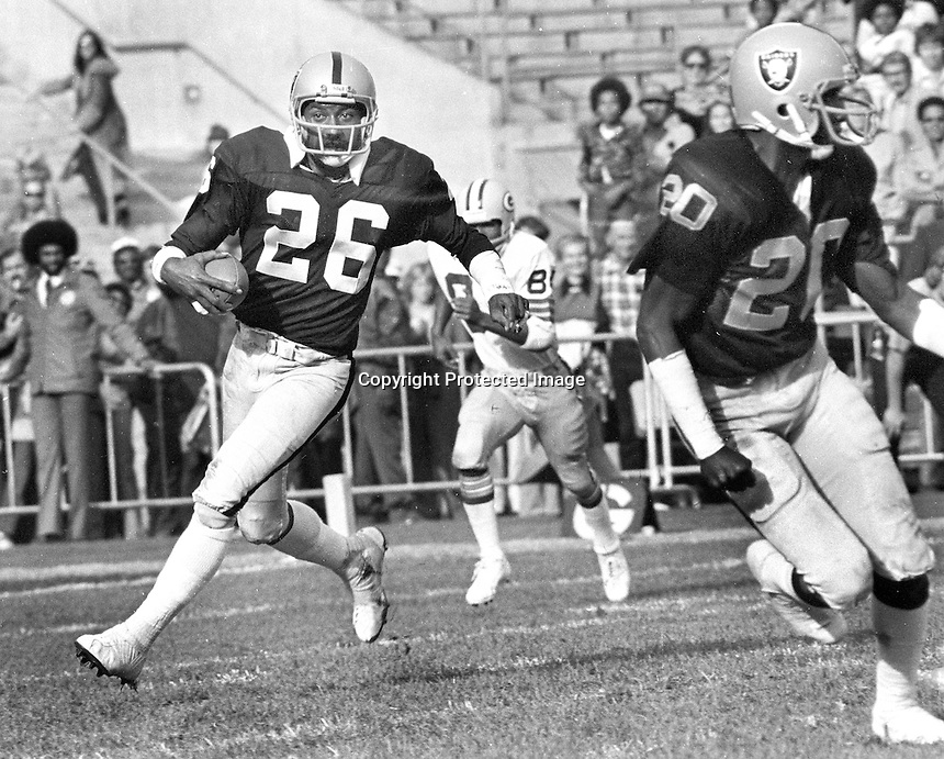 Oakland Raiders Skip Thomas with interception TD<br />