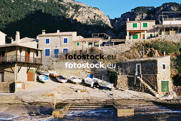 fishing boats at the harbour of Puerto de Valldemossa<br /> <br /> barcos pesqueros en Puerto de Valldemossa (cat.: Port Valldemossa)<br /> <br /> Fischerboote im Hafen von Puerto de Valldemossa<br /> <br /> 3360 x 2240 px<br /> Original: 35 mm