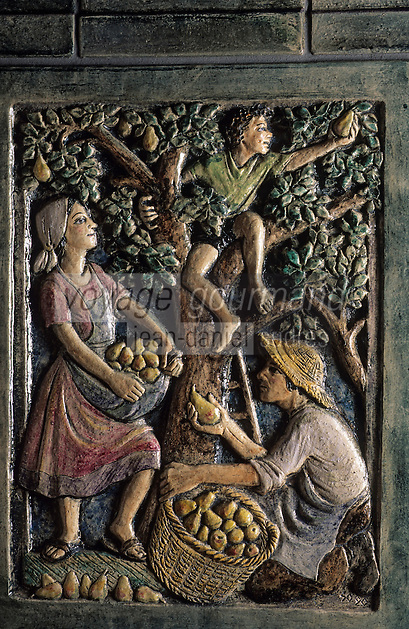 Europe/Autriche/Tyrol/Fritzens: Distillerie de schnaps Rochelt - Détail poêle en faïence - La récolte des pommes