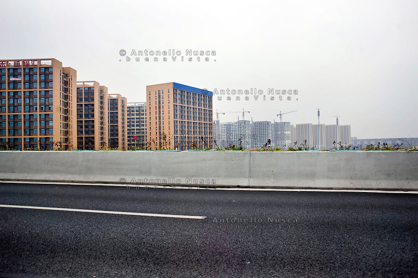 Hangzhou &egrave; in continua crescita nonostante si calcola vi abitino gi&agrave; circa otto milioni di persone.<br /> The city is quickly growing up notwithstanding poipulation is near 8 milions of inhabitants.