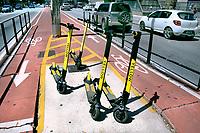 Patinetes eletricos de aluguel, Avenida Paulista, locação por meio de aplicativo no celular. Sao Paulo. 2019. Foto Daniel Cymbalista