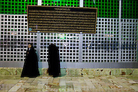 Due donne Iraniane all'interno del Mausoleo dell' Ayatollah Khomeini. Women at the Mausoleum of Ayatollah Khomeini in Tehran.