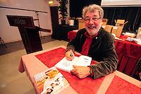 SKUTSJESILEN: LEEUWARDEN: Zalencentrum Tivoli, Boekpresentatie '50 jaar met de kop ervoor', 70e verjaardag, Eildert Meeter signeert zijn boek, ©foto Martin de Jong