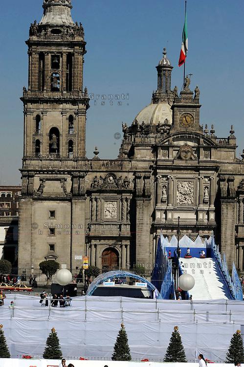 Dicembre 2010.Città del Messico, Zocalo, Plaza de la Constitucion.Pista di ghiaccio, entrata gratuita..December 2010.Mexico City, Zocalo, Plaza de la Constitucion.Ice Rink, free admission