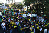 CURITIBA, PR,17.03.2016 - PROTESTO-PR– Manifestantes pró-impeachment estão reunidos na frente da Justiça Federal em Curitiba (PR) na tarde desta quinta-feira (17) para protestar contra a nomeação do ex-presidente Luiz Inácio Lula da Silva (PT) para a Casa Civil. (Foto: Paulo Lisboa/ Brazil Photo Press)