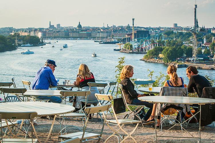 Cafégäster på Fåfängan med fin utsikt över Stockholm
