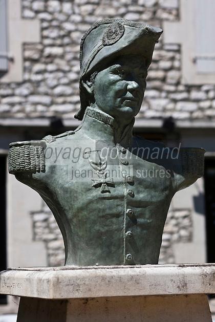 Europe/France/Midi-Pyrénées/46/Lot/Souillac: Statue de l'Amiral Raymond .Jean-Baptiste de Verninac Saint Maur Commandant de la Légion d'Honneur - envoyé par le Roi Louis Philippe en Egypte en 1830, il rapporte de Louxor  l'obélisque installé place de la Concorde à Paris