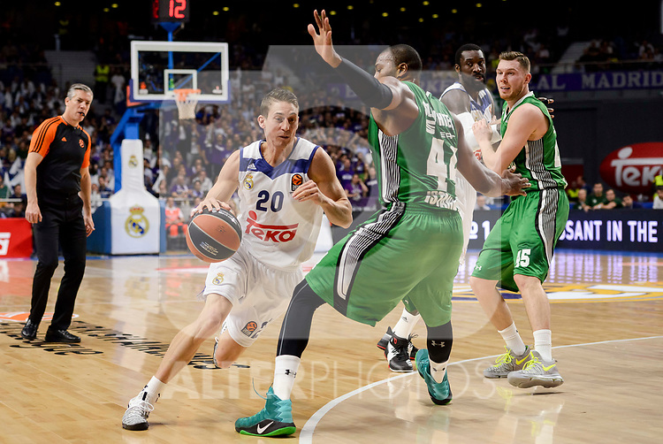 Real Madrid's Jaycee Carroll and Darussafaka Dogus's Marcus Slaughter during quarter final of Turkish Airlines Euroleague match between Real Madrid and Darussafaka Dogus at Wizink Center in Madrid, April 20, 2017. Spain.<br /> (ALTERPHOTOS/BorjaB.Hojas)