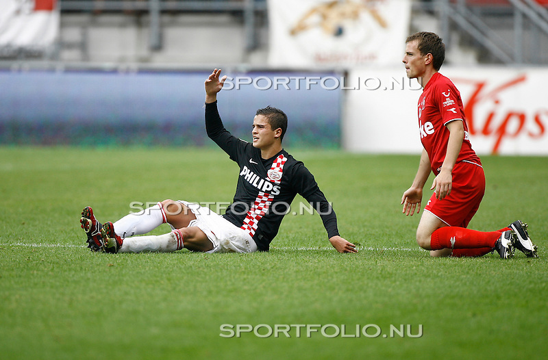 Nederland, Enschede, 9 augustus 2009.Eredivisie .Seizoen 2009-2010 .FC_Twente-PSV (1-1) .Ibrahim Afellay (l) van PSV irriteert zich na de overtreding van Wout Brama (r) van FC Twente.