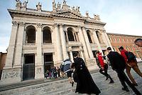 Fedeli entrano nella basilica di San Giovanni<br /> Faithful entering the Basilic<br /> Roma 13-12-2015 Basilica di San Giovanni in Laterano. Apertura della Porta Santa.<br /> St John Lateran, opening of the second Holy Door.<br /> Photo Samantha Zucchi Insidefoto