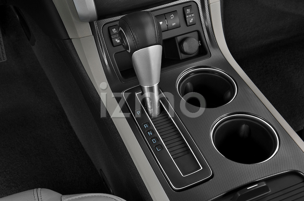 Gear shift detail view of a 2009 Chevrolet Traverse LTZ