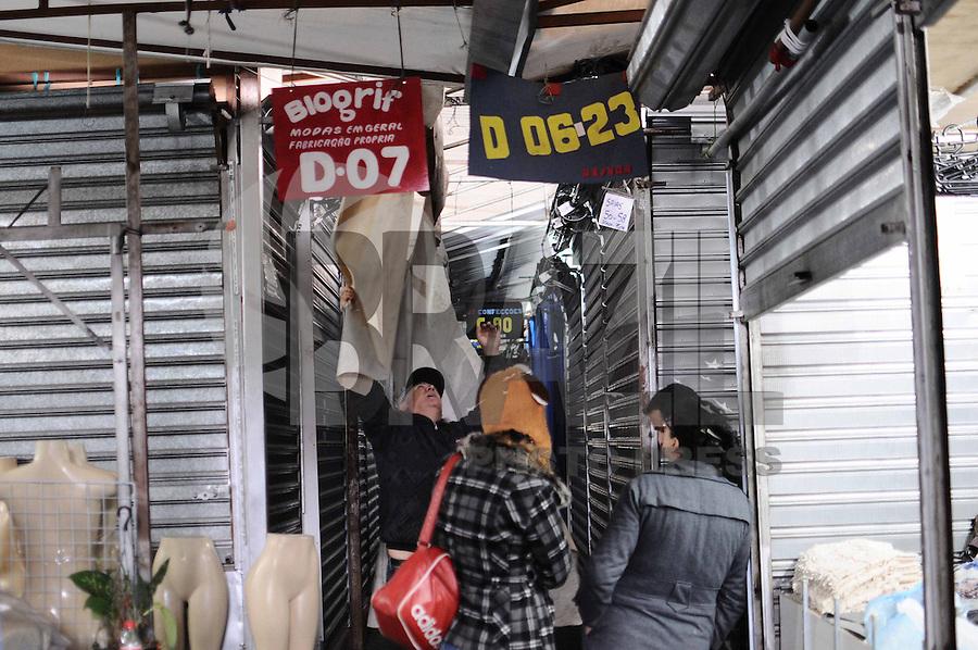SAO PAULO, SP, 09 de MAIO 2013 - FEIRA DA MADRUGADA - Comerciantes retiram objetos das lojas da Feira da Madrugada do Brás, em São Paulo. Para garantir que os comerciantes não migrem para ruas no entorno do Pátio Pari, a Prefeitura decidiu ampliar de 119 para 250 o número de policiais da Operação Delegada na região. Foi determinado que a área, saturada com 4.572 boxes que vendem principalmente roupas, seja desocupada para adequação a padrões de segurança anti-incêndio. A reforma deve durar 60 dias e custar cerca de R$ 4 milhões. (FOTO: ADRIANO LIMA / BRAZIL PHOTO PRESS).