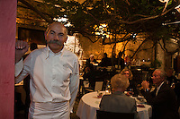 Europe/France/Provence-Alpes-Côte d'Azur/06/Alpes-Maritimes/Antibes: Christian Morisset chef  du restaurant: Le Figuier St Esprit dans le patio  de son restaurant [Non destiné à un usage publicitaire - Not intended for an advertising use] [Non destiné à un usage publicitaire - Not intended for an advertising use]