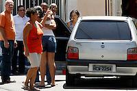 ATENÇÃO EDITOR FOTO EMBARGADA PARA VEÍCULOS INTERNACIONAIS. - RIO DE JANEIRO, RJ, 4 DE OUTUBRO DE 2012- POLICIAL ASSASSINADO EM OSWALDO CRUZ. IRMÃO DA VÍTIMA. Na foto Irmão da  Vítima. Policial Luiz Gustavo , lotado no 41º BPM Irajá, foi assassinado na manhã desta quinta-feira4, no bairro de Oswaldo Cruz, zona norte do RJ, dentro de uma vila residencial, com 7 disparos. GUTO MAIA BRAZIL PHOTO PRESS