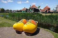 Nederland Zaanse Schans - 2020. Weinig toeristen bij Zaanse Schans. In de grote klompen zitten gewoonlijk toeristen, die poseren voor een foto.  Foto Berlinda van Dam / HH / ANP