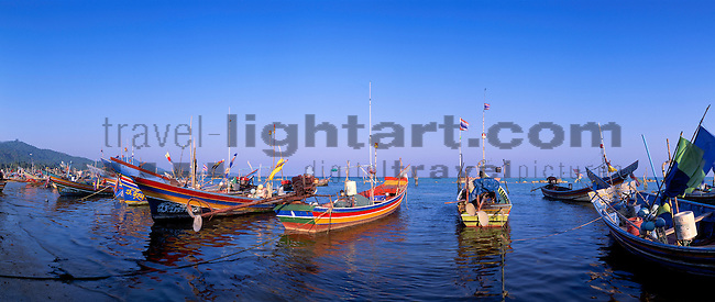www.travel-lightart.com, ©Paul J. Trummer, Asia, Countries, Country, Geography, Thailand, Asien, Geografie, Länder, Siam, Staat, Staaten, Ban Hua Thanon, Ko Samui, Fishing Boats, boat, fisher boat, fisher boats, fishing boat, maritime, objects, ship, shipping, ships, things, traffic, transportation, transportations, vehicle, vehicles, Boot, Boote, Dinge, Fahrzeug, Fahrzeuge, Fischerboot, Fischerboote, Fischkutter, Gegenstand, Gegenstände, KFZ, Maritim, Sachen, Schiff, Schiffahrt, Schiffe, Transport, Transportformen, Transportmittel, Trawler, Verkehr, Verkehrsformen, Verkehrsmittel, Wasserfahrzeuge, harbour, harbours, localities, Hafen, Hafenanlage, Hafenanlagen, Örtlichkeiten