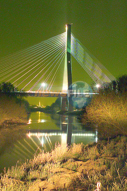New Boyne Bridge under Flood Light.Photo Fran Caffrey/Newsfile.ie..This picture has been sent to you by:.Newsfile Ltd,.3 The View,.Millmount Abbey,.Drogheda,.Co Meath..Ireland..Tel: +353-41-9871240.Fax: +353-41-9871260.GSM: +353-86-2500958.ISDN: +353-41-9871010.IP: 193.120.102.198.www.newsfile.ie..email: pictures@newsfile.ie..This picture has been sent by Fran Caffrey.francaffrey@newsfile.ie