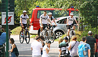 Fans begrüßen Jonas Hector (Deutschland Germany), Niklas Süle (Deutschland Germany), Joshua Kimmich (Deutschland, Germany) auf dem Fahrrad - 26.05.2018: Training der Deutschen Nationalmannschaft zur WM-Vorbereitung in der Sportzone Rungg in Eppan/Südtirol