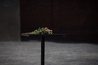 Berlin, Blumen liegen an der Gedenkstaette Berliner Mauer, am Mittwoch (19.06.13), vor dem Besuch die Frau US-Praesidenten Barack Obama, Michelle und Tochter Sasha. Foto: Maja Hitij/Commonlens