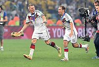 FUSSBALL WM 2014                       FINALE   Deutschland - Argentinien     13.07.2014 DEUTSCHLAND FEIERT DEN WM TITEL: Bastian Schweinsteiger (li) und Philipp Lahm (re) jubeln mit dem WM Pokal
