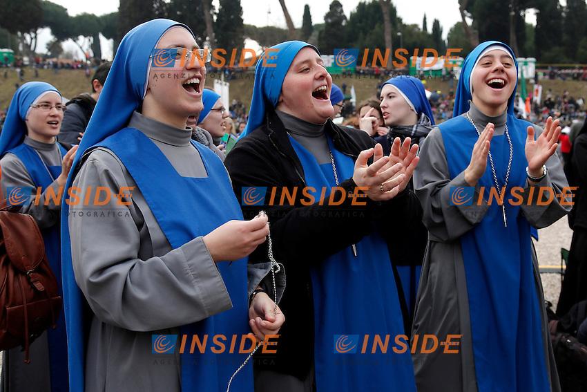 Suore cantano e ballano<br /> Monks singing and dancing<br /> Roma 30-01-2016 Manifestazione Family Day 2016.<br /> Photo Samantha Zucchi Insidefoto