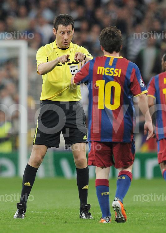 FUSSBALL   CHAMPIONS LEAGUE   SAISON 2010/2011   Halbfinale  27.04.2011 Real Madrid  -  FC Barcelona Schiedsrichter Wolfgang Stark (li, GER) und Lionel Messi (Barca)