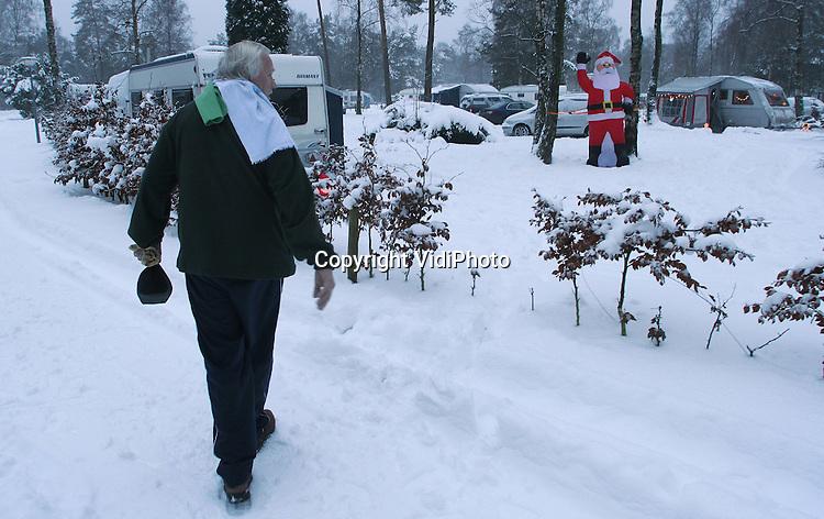 """Foto: VidiPhoto..ARNHEM - Op woonpark cq camping Hooge Veluwe in Arnhem zijn dinsdag veertig kampeerders van de Nederlandse Caravan Club neergestreken om hun kerstvakantie in de sneeuw te vieren. Winterkamperen is een trend die steeds meer aan populariteit wint, vandaar dat """"Hooge Veluwe"""" dit jaar voor het eerst de camping heeft opengesteld voor winterkampeerders. Het is bijna dertig jaar geleden dat er tijdens de kerstvakantie in de sneeuw gekampeerd kon worden."""