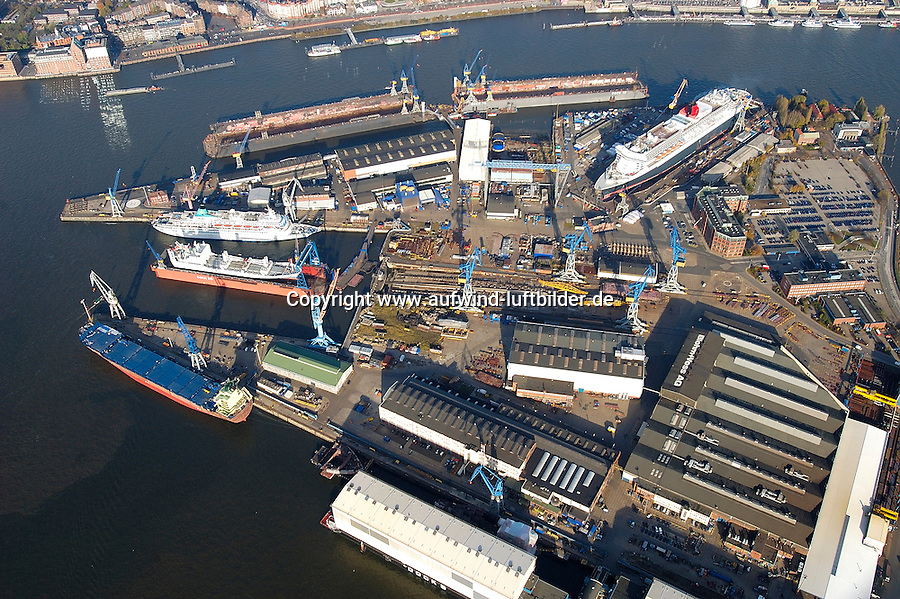 4415/ Blohm und Voss: EUROPA, DEUTSCHLAND, HAMBURG, (EUROPE, GERMANY), 14.11.2005:Die deutsche Werft Blohm und Voss ist ein Tochterunternehmen  der ThyssenKrupp AG. Man hat sich heute auf Marineschiffe, schnelle Faehr- und Passagierschiffe wie im Bild die Queen Mary 2 sowie Mega-Yachten spezialisiert. .
