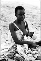 Mozambico, Africa, giovane mamma che allatta