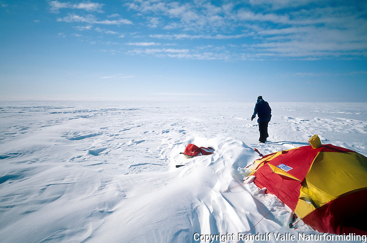 Teltleir i Nordvestpassasjen. ---- Camp in the Nort West Passage.