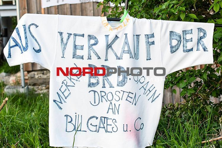 18.05.2020, Ortanfang Weiler, Weiler-Simmerberg, GER, , ein Anwohner hat einige Protestschilder, die bei den derzeitigen Corona-Protesten verwendet werden, am Strassenrand aufgestellt.<br /> im Bild Protestschild mit Bezug auf Merkel und Virologen<br /> <br /> Foto © nordphoto / Hafner