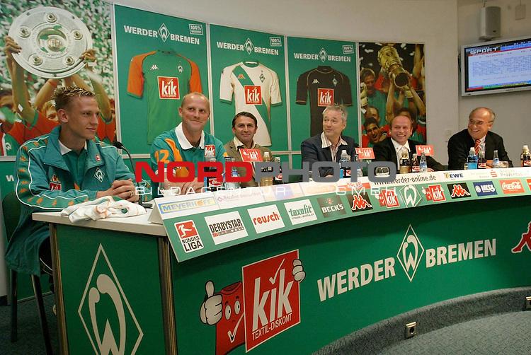 BL 2004/2005 -  Trikotvorstellung Werder Bremen<br /> <br /> Frank Fahrenhorst, Trainer Thomas Schaaf, Sportdirektor Klaus Allofs, Mediendirektor Tino Polster, Manfred Mueller (Geschaeftsfuehrung Werder Bremen) und Heinz Speet (Sponsor Kik) von links nach rechts bei der Vorstellung des neuen Trikots.<br /> <br /> <br /> <br /> Foto &copy; nordphoto <br /> <br />  *** Local Caption *** Foto ist honorarpflichtig! zzgl. gesetzl. MwSt.<br /> <br /> Belegexemplar erforderlich<br /> <br /> Adresse: nordphoto<br /> <br /> Georg-Reinke-Strasse 1<br /> <br /> 49377 Vechta
