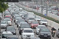 SÃO PAULO, SP, 06.11.2015 – TRÂNSITO-SP - Transito congestionado na Av. Moreira Guimarães, próximo ao aeroporto de Congonhas, zona sul de São Paulo na tarde desta sexta feira. (Foto: Levi Bianco/Brazil Photo Press)
