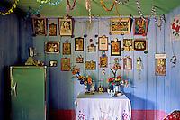 Altar em residencia de descendentes de imigrantes poloneses. Cruz Machado. Parana. 2001. Foto de Joao Urban.