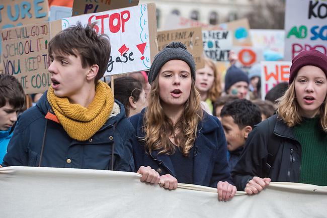 """Schuelerstreik und Demonstration """"Fridays4Future"""" (#f4f) in Berlin.<br /> Ca. 15.000 Menschen, hauptsaechlich Schuelerinnen und Schuler kamen am Freitag den 15. Maerz 2019 in Berlin zur woechentlichen Klimademonstration um gegen die Klimapolitik der Bundesegierung zu protestieren. Erstmals wurden sie dabei von Eltern (""""Parents for Future"""") und Wissenschaftlern (""""Scientist for Future"""") unterstuetzt.<br /> An diesem Freitag streikten Schuelerinnen und Schueler weltweit  in mehr als 1650 Staedten fuer ein umdenken in der Klimapolitik.<br /> Im Bild mit grauer Muetze: Luisa Neubauer, Schueleraktivistin aus Berlin.<br /> 15.3.2019, Berlin<br /> Copyright: Christian-Ditsch.de<br /> [Inhaltsveraendernde Manipulation des Fotos nur nach ausdruecklicher Genehmigung des Fotografen. Vereinbarungen ueber Abtretung von Persoenlichkeitsrechten/Model Release der abgebildeten Person/Personen liegen nicht vor. NO MODEL RELEASE! Nur fuer Redaktionelle Zwecke. Don't publish without copyright Christian-Ditsch.de, Veroeffentlichung nur mit Fotografennennung, sowie gegen Honorar, MwSt. und Beleg. Konto: I N G - D i B a, IBAN DE58500105175400192269, BIC INGDDEFFXXX, Kontakt: post@christian-ditsch.de<br /> Bei der Bearbeitung der Dateiinformationen darf die Urheberkennzeichnung in den EXIF- und  IPTC-Daten nicht entfernt werden, diese sind in digitalen Medien nach §95c UrhG rechtlich geschuetzt. Der Urhebervermerk wird gemaess §13 UrhG verlangt.]"""