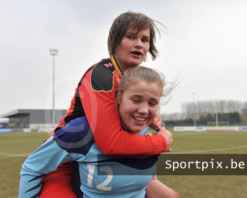 Belgie U17 - Duitsland U17 : Lotte Aertsen op de rug van Justien Odeurs.foto DAVID CATRY / Vrouwenteam.be