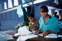 "Asien Indien IND Tamil Nadu Tirupur , .Arbeiter in einer Textilfabrik n?hen T-shirts f?r den Export fuer westliche Textildiscounter - Industrie Textil Textilien saubere Kleidung Textilbetriebe Globalisierung Arbeit Textilarbeiter  Dritte Welt Billiglohnl?nder WTO ILO xagndaz | .Third world Asia India .worker sew T-shirts for export in textile unit at textile industry place T-shirt town Tirupur in Tamil Nadu - textiles globalization trade clothes clean campaign  ccc garments fabric cotton industries labour labourer . | [copyright  (c) Joerg Boethling/agenda , Veroeffentlichung nur gegen Honorar und Belegexemplar an / royalties to: agenda  Rothestr. 66  D-22765 Hamburg  ph. ++49 40 391 907 14  e-mail: boethling@agenda-fototext.de  www.agenda-fototext.de  Bank: Hamburger Sparkasse BLZ 200 505 50 kto. 1281 120 178  IBAN: DE96 2005 0550 1281 1201 78 BIC: ""HASPDEHH""] [#0,26,121#]"