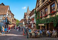 France, Alsace, Haut-Rhin, Kaysersberg: old town, pavement cafe, restaurant, native town of Dr. Albert Schweitzer | Frankreich, Elsass, Haut-Rhin, Kaysersberg: Altstadt, Strassencafe, Restaurant, Geburtsort von Dr. Albert Schweitzer