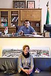 AUTOREVOLI PERSONE. <br /> Ismail Deghoul, sindaco<br /> Ilda Curti, assessore<br /> <br /> Sorrido ma sono serio.<br /> Guardo avanti,<br /> impugno la penna<br /> e il futuro<br /> con determinazione.<br /> <br /> Sorrido ma sono seria.<br /> Ho la citt&agrave; alle spalle<br /> e tra le dita,<br /> nei grigi sparsi,<br /> le parole<br /> di una canzone<br /> titolano il libro<br /> sul divano<br /> e dentro me.