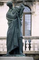 Europe/Croatie/Dalmatie/Split: Statue en bronze de  l'évêque  Grgur Ninski prés de l'entrée du palais de Doclétien