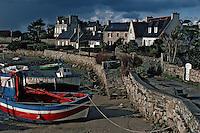 Europe/France/Bretagne/29/Finistère/Ile de Batz: Bateaux de pêche échoués au port à marée basse