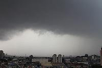 GUARULHOS,SP - 14.02.2014 - CLIMA TEMPO - Nuvens carregadas e céu encoberto na cidade de Guarulhos, grande são paulo, na tarde desta sexta-feira, 14.  (Foto: Geovani Velasquez / Brazil Photo Press)