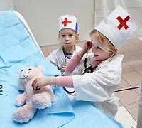 Nederland Amsterdam 2017 . Teddy Bear Hospital in het AMC ziekenhuis.  ( Foto mag niet in negatieve context gebruikt worden ). Teddy Bear Hospital (TBH) is één van de grootste projecten van IFMSA-NL. Het TBH is een rollenspel. Dat houdt in dat kleuters van vier t/m zes jaar hun beer of een andere knuffel meenemen naar een nagebootst ziekenhuis. Geneeskundestudenten spelen voor arts en behandelen de knuffels. Het doel van Teddy Bear Hospital is om kinderen op een speelse manier kennis te laten maken met de gezondheidszorg, om zo de angst voor dokters en het ziek-zijn enigszins weg te nemen. Bovendien leert het medische studenten om te gaan met kinderen en trainen ze hun communicatieve vaardigheden .   Foto Berlinda van Dam / Hollandse Hoogte