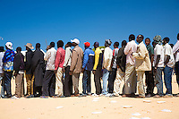 Tunisie RasDjir Camp UNHCR de refugies libyens a la frontiere entre Tunisie et Libye ..Tunisia Rasdjir UNHCR refugees camp  Tunisian and Libyan border  Queue pour le dejeuner ..Waiting for the lunch Campo profughi al confine tra Libia e Tunisia coda per il pranzo